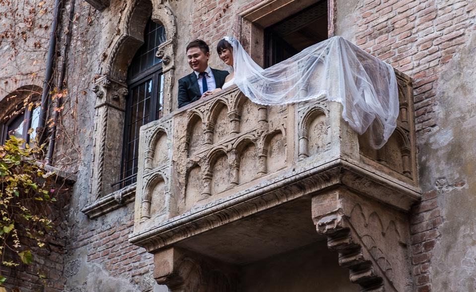 newlywed couple juliet's balcony verona italy