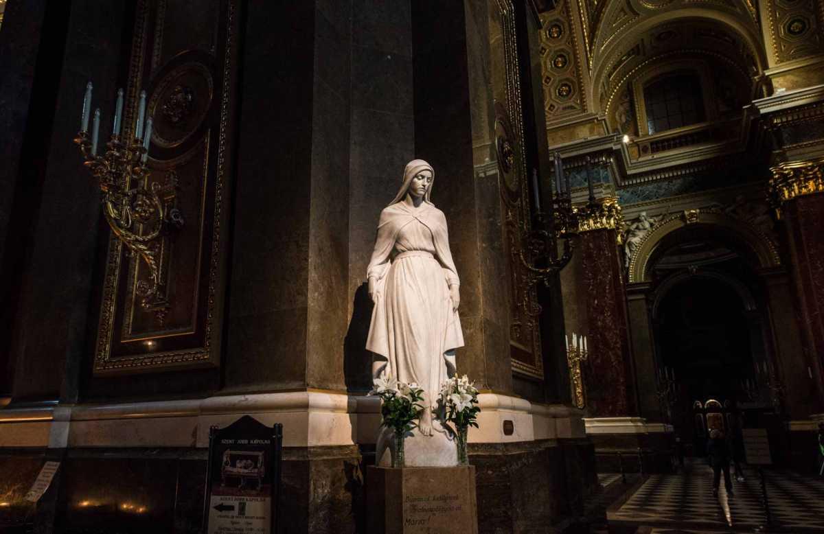 statue saint stephen budapest