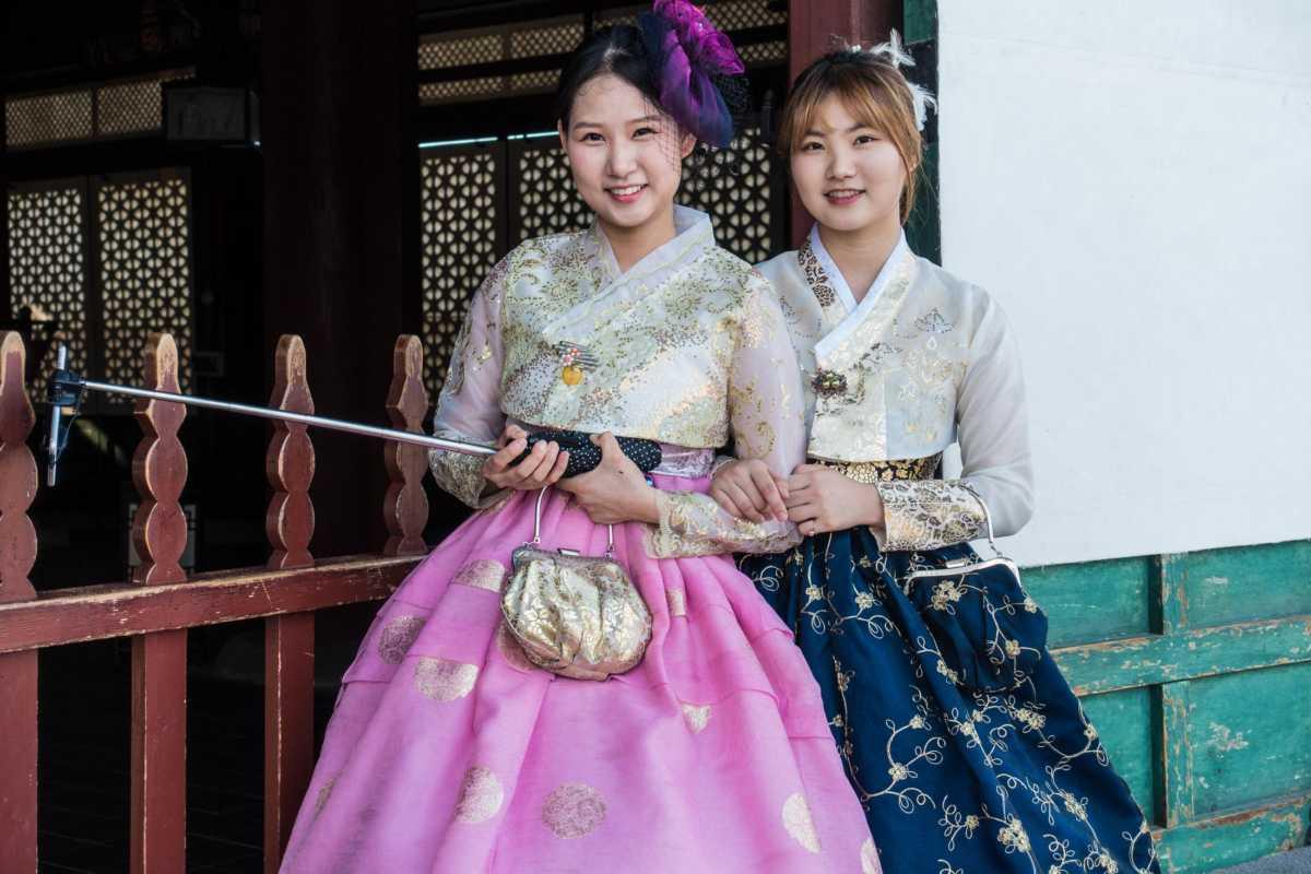women-traditional-dress-korea-selfie-stick