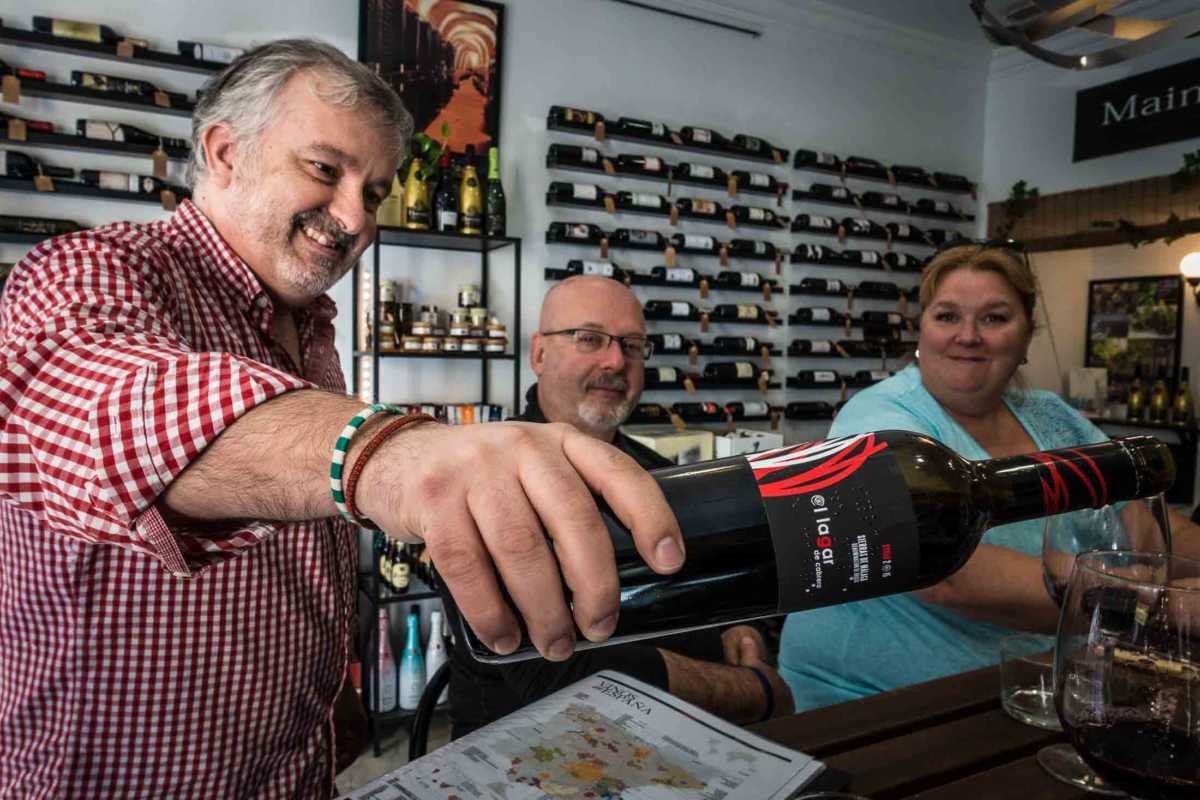 wine-pour malaga food tour