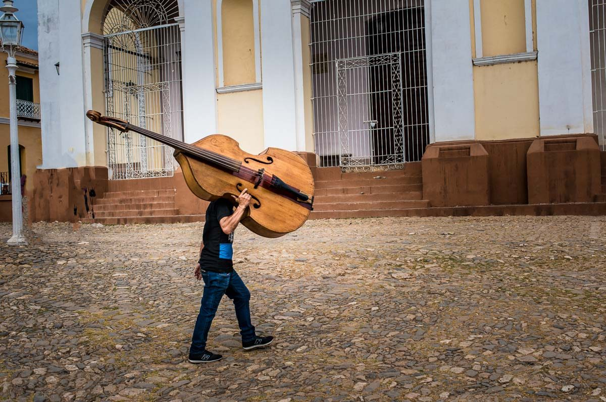 Cuba_trinidad musician with bass