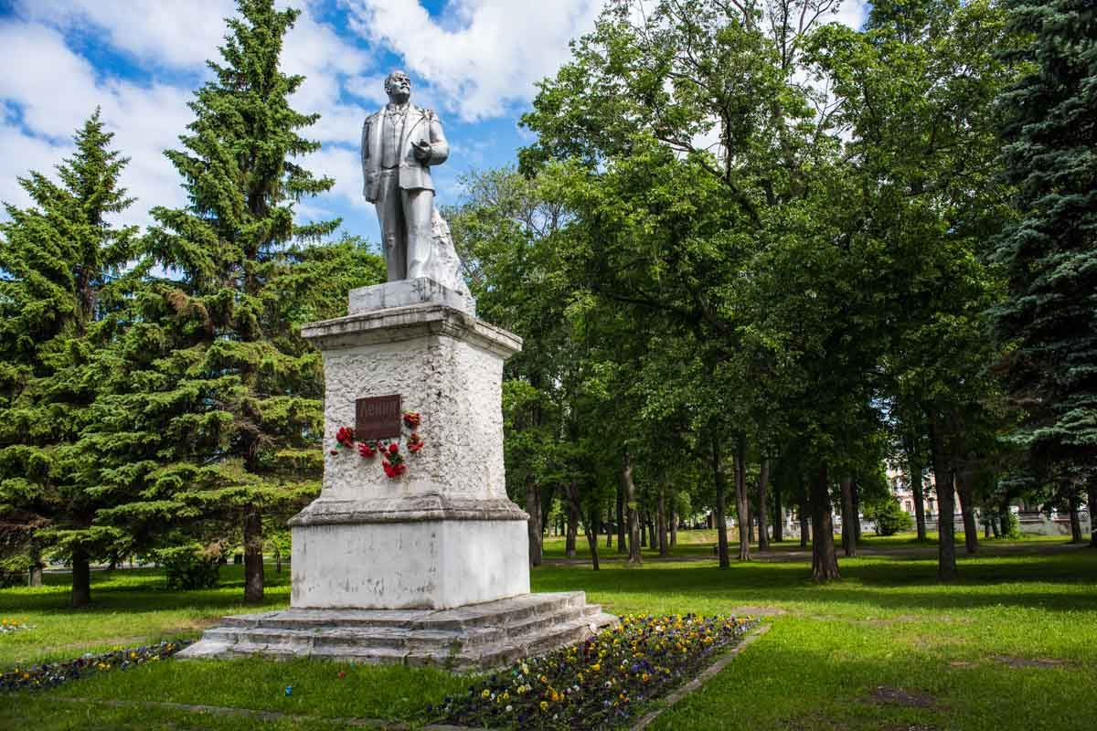 Russia river cruise uglich Lenin statue