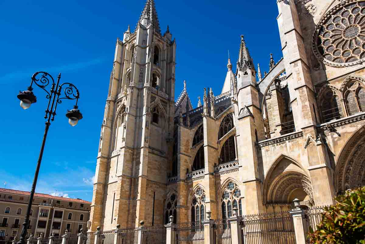spain leon cathedral flying buttress-1